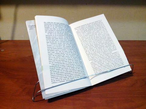Libro puesto en la sercha de frente