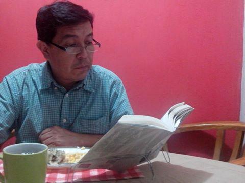 Lector utilizando sercha como sujeta libros